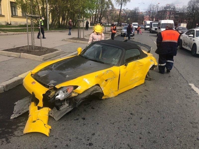 Паренёк прокатил свою подружку с ветерком, и спортивная Honda теперь вряд ли подлежит восстановлению