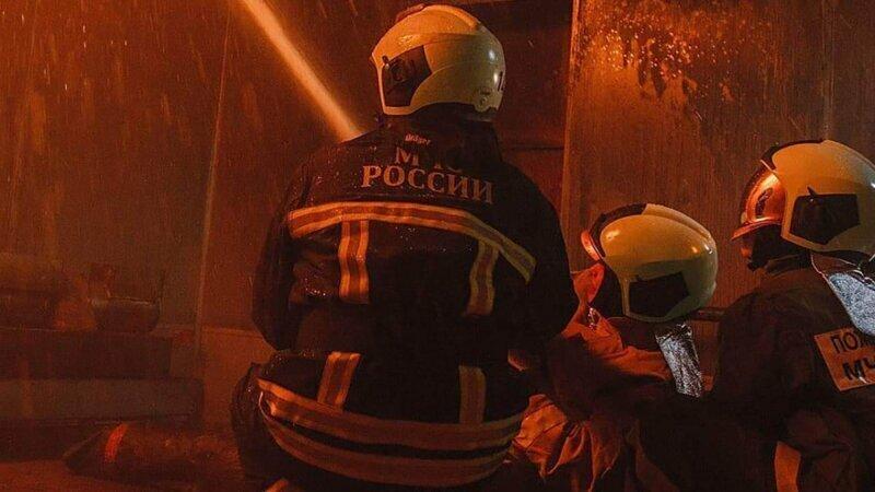 Припаркованные машины не дали воронежским пожарным спасти женщин из горящей квартиры