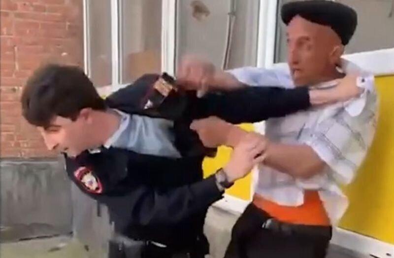 Одноногий дебошир против полицейского