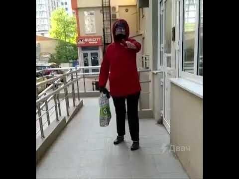 Женщина не дала пройти девушке в подъезд без маски
