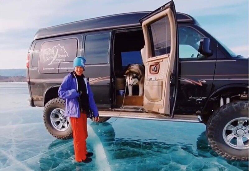 Собака боится выйти из машины на замерзшее озеро