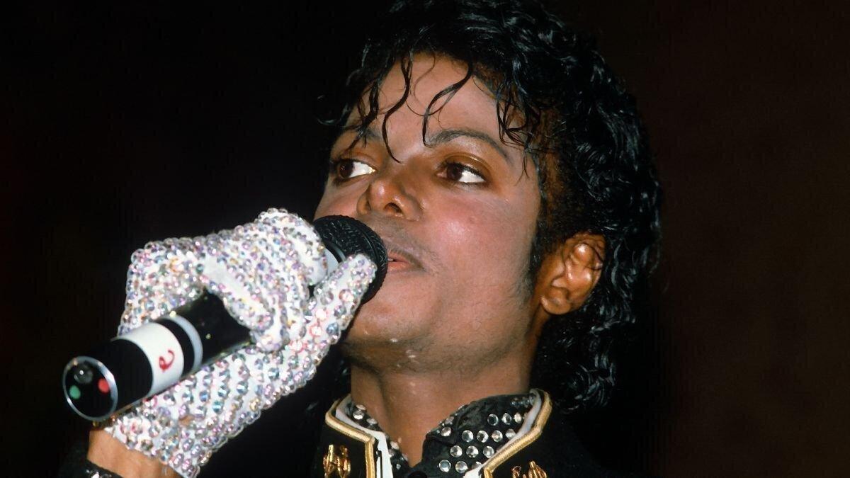 Почему Майкл Джексон носил одну перчатку?