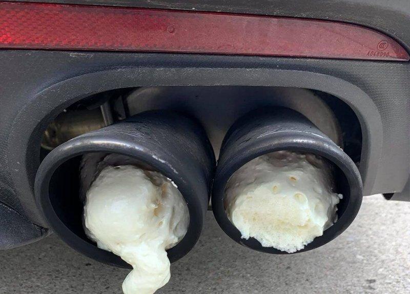 Предупреждение за громкий выхлоп! Мститель залил глушитель на машине своего соседа монтажной пеной