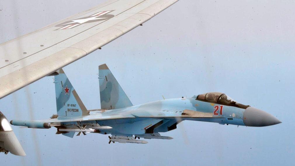 Перехват американского самолета-шпиона истребителем Су-35 показали на видео