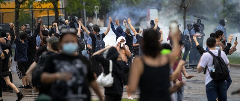 В Миннеаполисе беспорядки, жители громят полицию