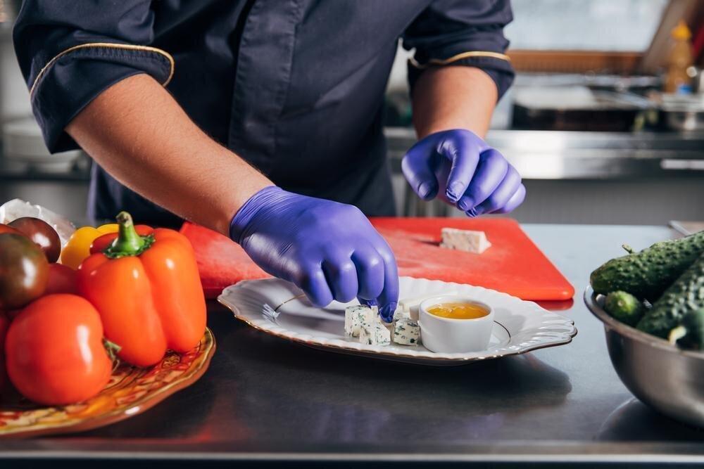 Является ли обязательным ношение перчаток на пищевом производстве?