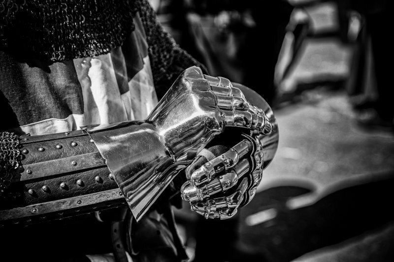 В лучших рыцарских традициях: почему в лицо сопернику бросали перчатку при вызове на поединок?