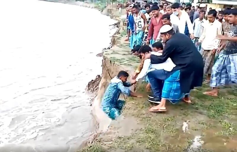 Под ногами мужчины обрушился берег