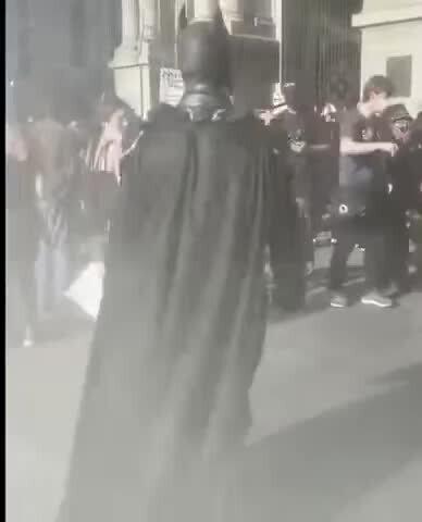 Бэтмен присоединился к протестующим в Америке