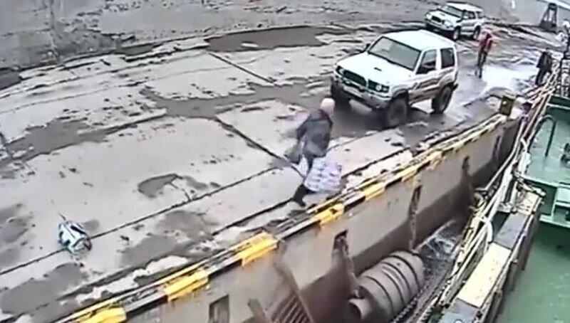 Мужчина упал в воду, пытаясь нелегально попасть на судно