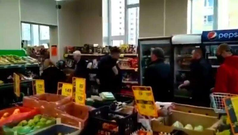 Охранник московского магазина устроил драку с посетителями