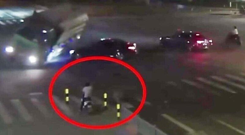 Мужчина спасся бегством от опрокинувшегося грузовика