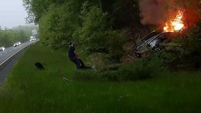 Мужчина спас людей из горящего автомобиля