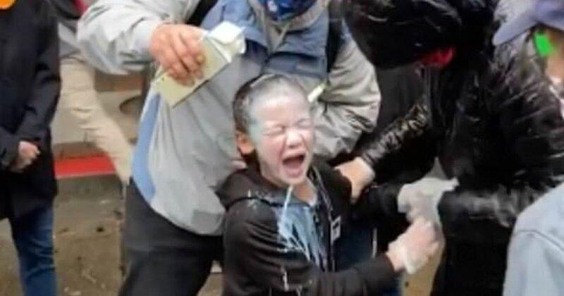 Видео: среди протестующих в Сиэтле оказался ребенок