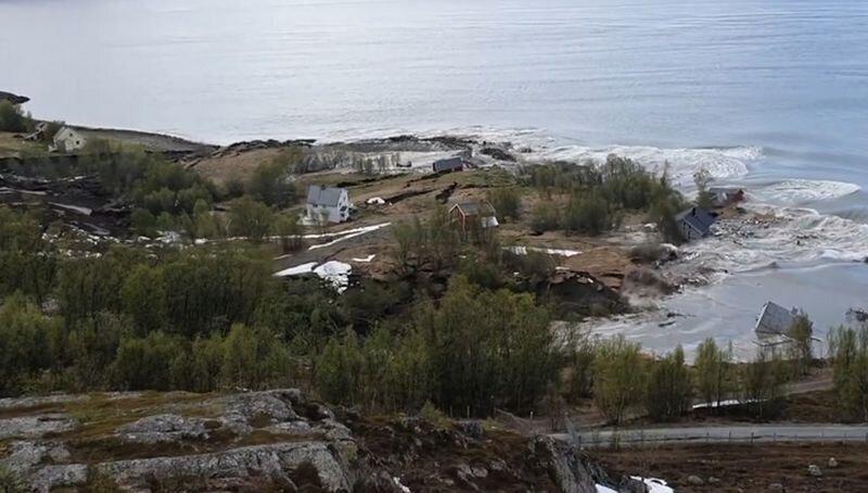 В Норвегии оползень утащил несколько домов в море