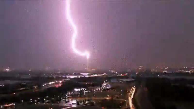 Вчера вечером в монумент Вашингтона ударила молния