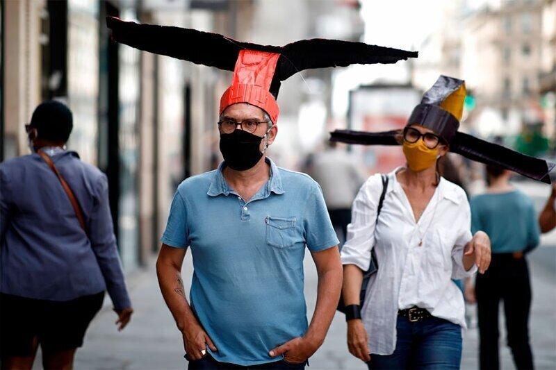 """Парижская галерея выдает посетителям """"крылатые"""" китайские шапки"""