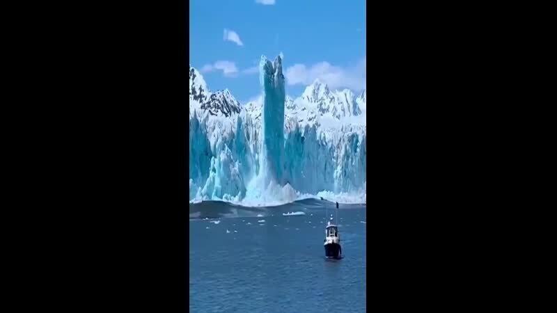 Потрясающее видео, как откалывается кусок айсберга