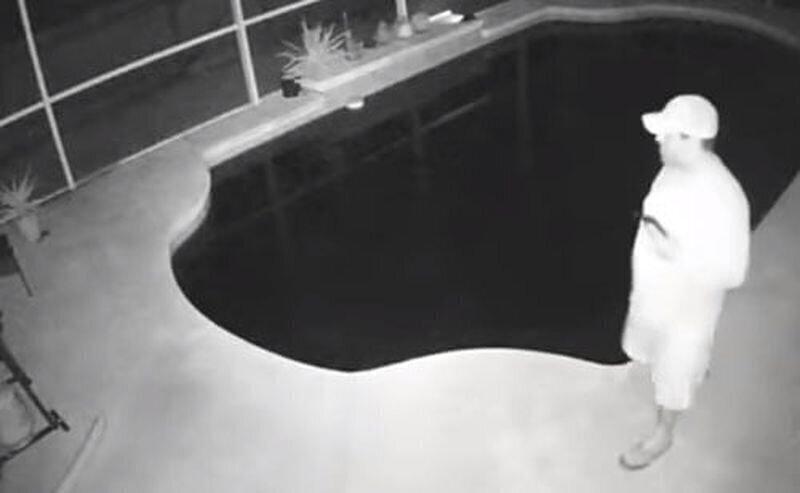 Неуклюжий мужчина упал в бассейн
