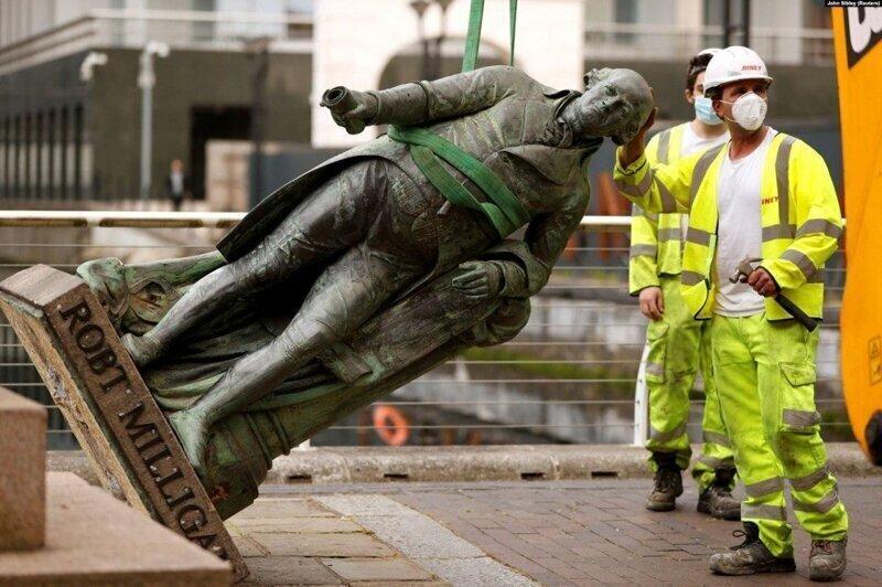Бунтовщики сбрасывают с пьедесталов статуи рабовладельцев. Линкольн на очереди?