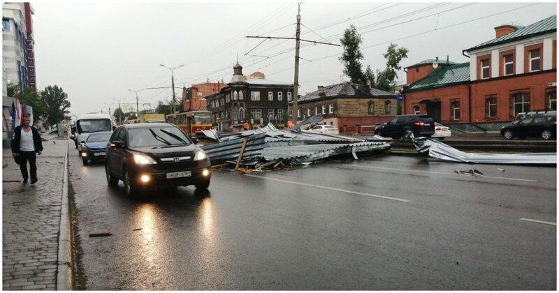 Ураганный ветер сорвал кровлю с торгового центра в Барнауле
