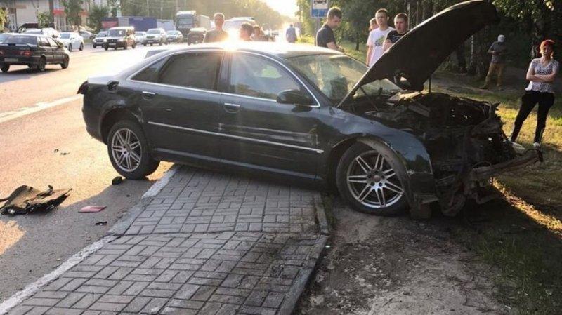 Авария дня.  В Воронеже водитель сбил семью с ребенком и сбежал