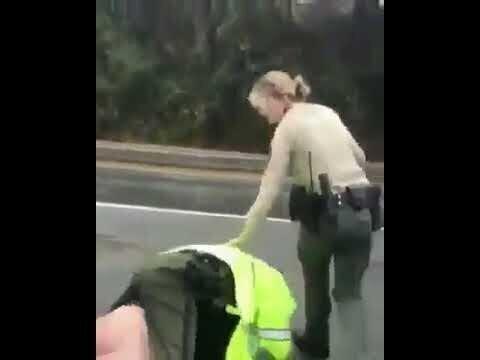 Треш-видео. Голожопый мужик отбился от двух полицейских, избил их же дубинкой и угнал джип шерифа