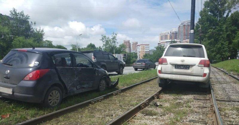 Land Cruiser влетел в столб и перекрыл движение трамваев в Хабаровске