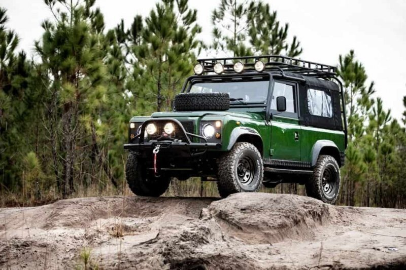 Land Rover Defender с двигателем от Corvette — грубый снаружи, роскошный внутри