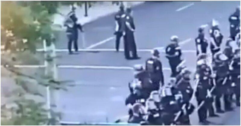 В США полицейский выстрелил в снимавшего его через окно мужчину