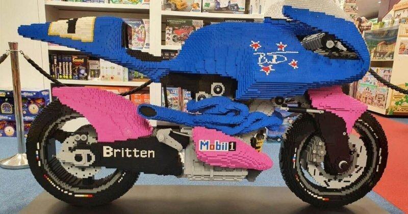 Мотоцикл Britten V1000 собрали в натуральную величину из кубиков Lego