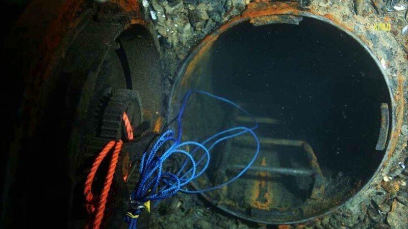 Проникновение дайверов на затопленную подводную лодку