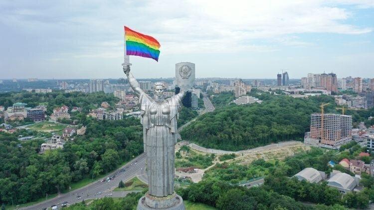 """В Киеве ЛГБТ-активисты вывесили радужный флаг на монументе """"Родина-мать"""""""
