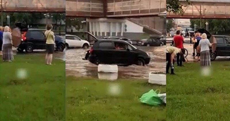 Добрый автомобилист перевозил людей через огромную лужу в Москве