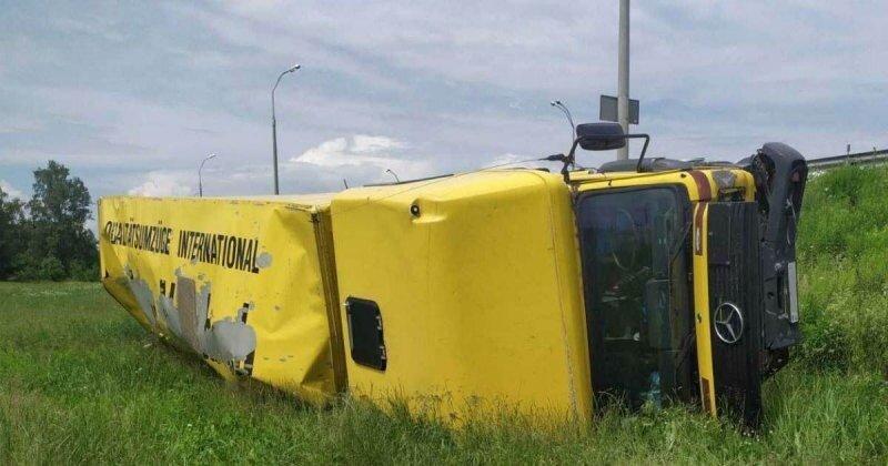 Под Минском пьяный водитель на внедорожнике отправил в кювет грузовик