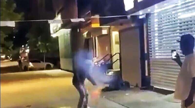Мужчина бросил фейерверк в бездомного в Нью-Йорке