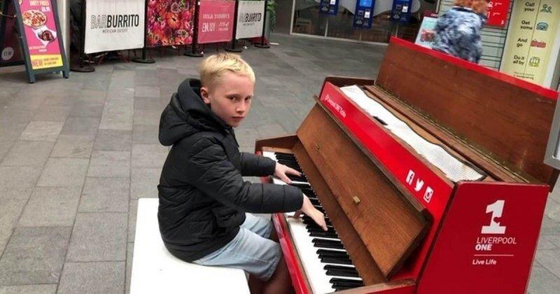 12-летний пианист исполняет в торговом центре танцевальные хиты 90-х