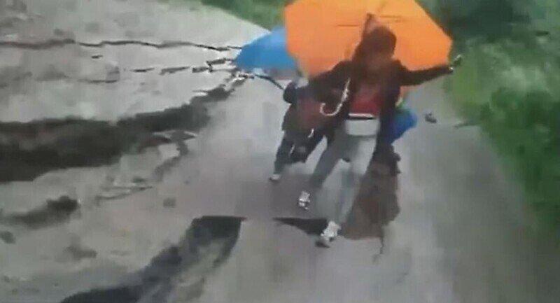 Женщина с детьми в последнюю секунду спаслась от оползня