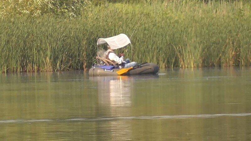 Рыбалка на поплавок. Ловля плотвы летом. Рыбалка с лодки на маховую удочку