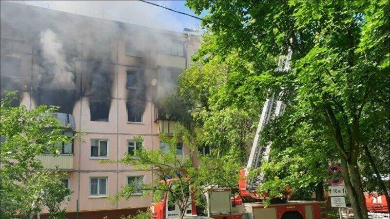 Камера наблюдения зафиксировала взрыв в московской пятиэтажке
