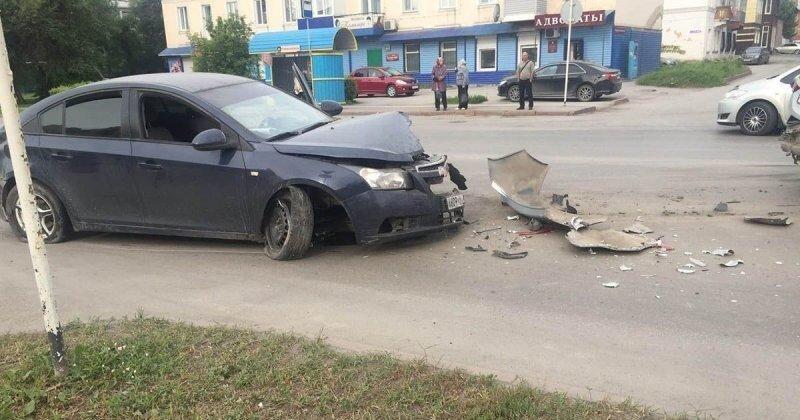 В Кемеровской области пьяный водитель въехал в пропускающих пешехода машины