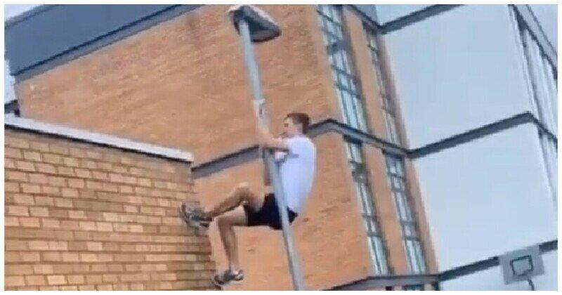 Удачно слазил на крышу за мячом