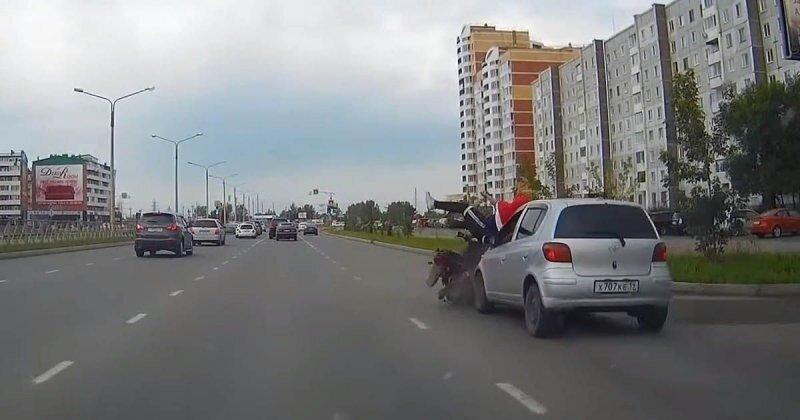 В Абакане два молодых человека на мопеде устроили аварию и сбежали
