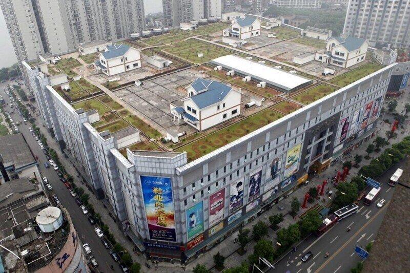 В Китае на крыше торгового центра расположены жилые дома