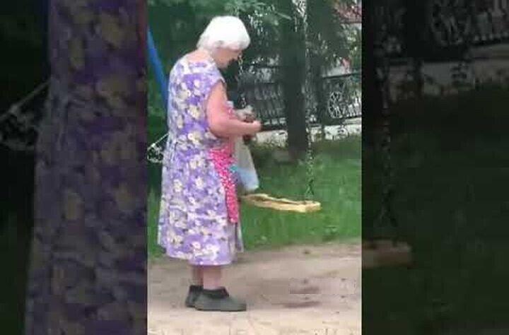 Вредная старуха пачкает качели дерьмом