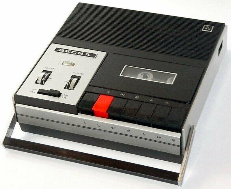 10 портативных кассетных магнитофонов из СССР. С которыми мы ходили по дворам