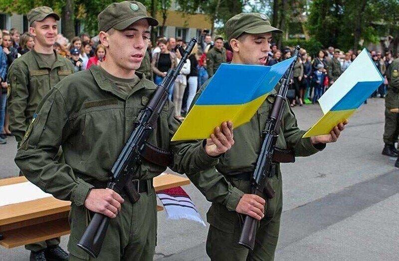 Вместо ВУЗов в казармы: украинских абитуриентов массово призывают в армию