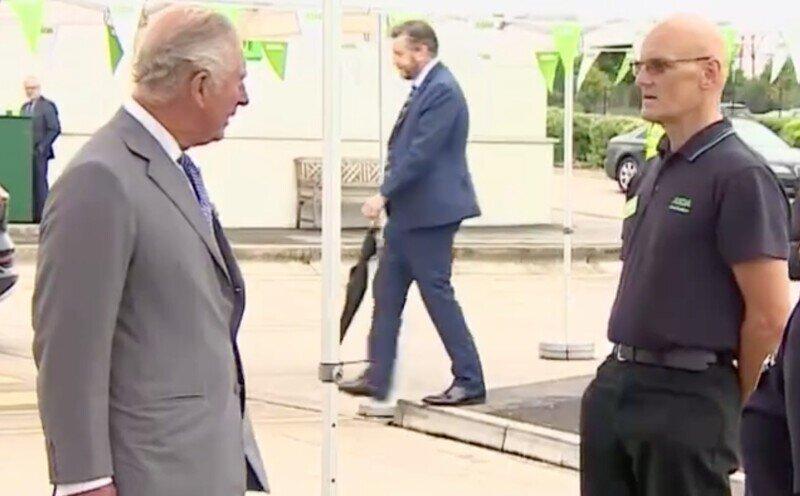 Сногсшибательная встреча: сотрудник магазина упал в обморок во время беседы с принцем Чарльзом