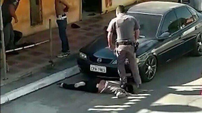 Жестокость: в Бразилии полицейский встал на шею чернокожей женщины
