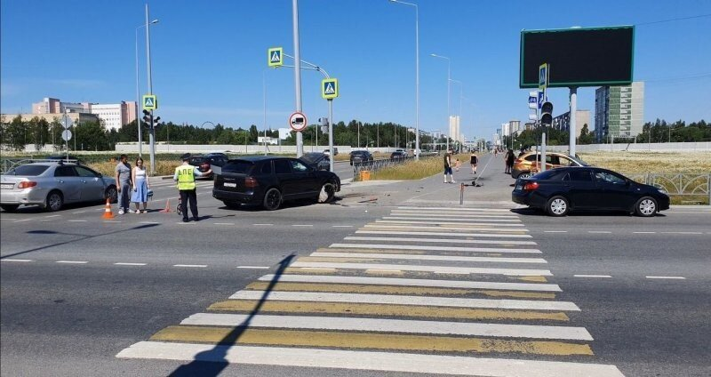 Авария дня. Водитель Lada проехал на красный в Екатеринбурге